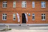 Uroczyste przekazanie kluczy do wyremontowanych lokali. W zrewitalizowanym budynku zamieszka osiem rodzin
