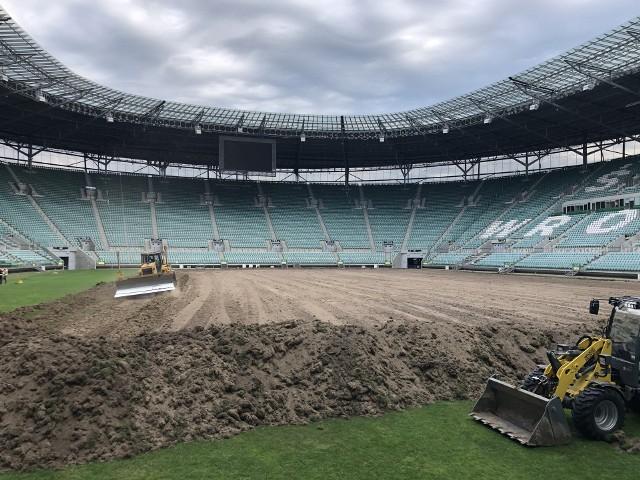 Dziś, w czwartek (10.06), ciężki sprzęt wjechał na płytę Stadionu Wrocław. W krótkim czasie stara murawa zniknęła - w ten sposób rozpoczęła się zasadnicza część wymiany trawy na obiekcie, na którym na co dzień gra Śląsk Wrocław. Tak jak informowaliśmy koszt prac to 881 tys. zł. Przetarg wygrała firma Dropservice. To pierwsza wymiana murawy od 2016 roku, co trzeba uznać za sukces, bo zazwyczaj taki zabieg przeprowadza się na innych stadionach co rok lub co dwa lata.WAŻNE! Do kolejnych zdjęć przejdziesz za pomocą strzałek lub gestów na telefonie.