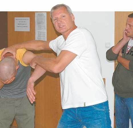 """Kaskader Sylwester Zawadzki pokazuje Tomaszowi Burce, jak ma """"załatwić"""" skinheada"""