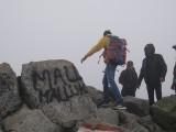 Tatry. Zagraniczni turyści pomalowali sprayem kamienie na szczycie Świnicy. Potem prosili o pomoc TOPR