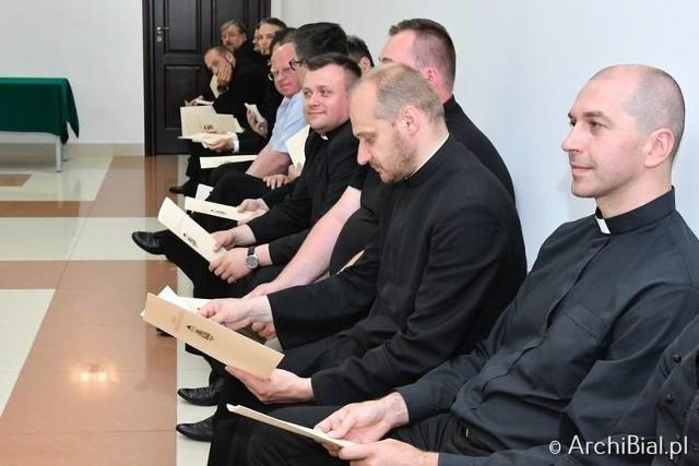 Młodzi księża ślubując wierność Bogu, ślubują także życie w celibacie. Coraz więcej wiernych uważa, że nie jest to konieczne do wypełniania miłej Bogu posługi kapłańskiej.