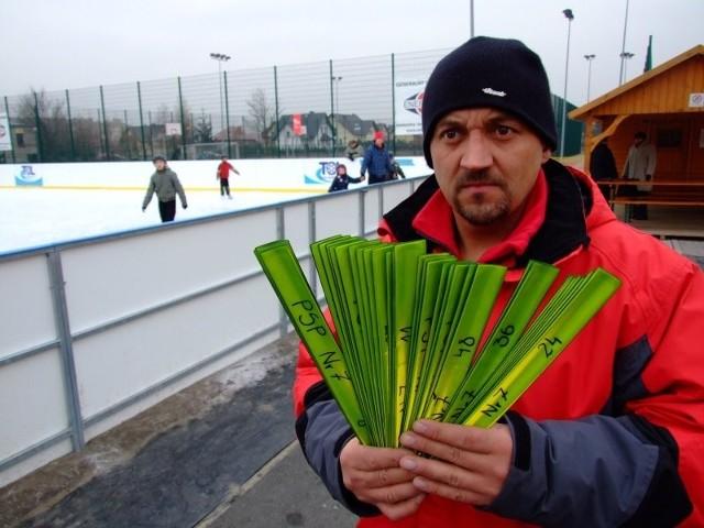 - Opaski już obowiązują - mówi Dariusz Filipczak, opiekun lodowiska.