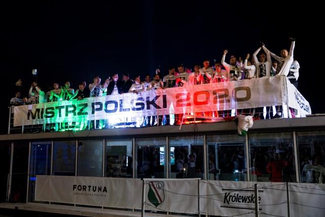 Piłkarze Legii Warszawa zdobycie tytułu świętowali na barce pływającej po Wiśle  Zobacz kolejne zdjęcia. Przesuwaj zdjęcia w prawo - naciśnij strzałkę lub przycisk NASTĘPNE