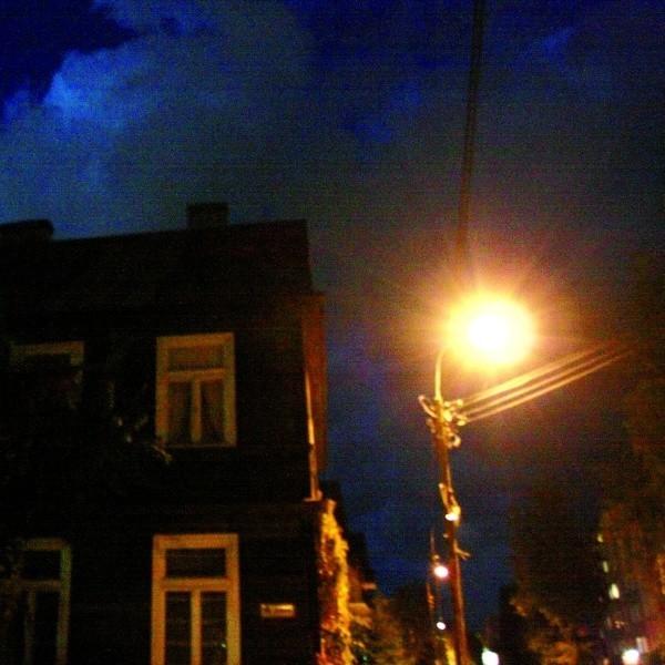 Przez kilka tygodni na skrzyżowaniu ulicy Złotej i Sobieskiego panowały ciemności. Wszystko przez awarię latarni. Okoliczni mieszkańcy nie czuli się bezpiecznie. Po naszej interwencji ciemności zniknęły.