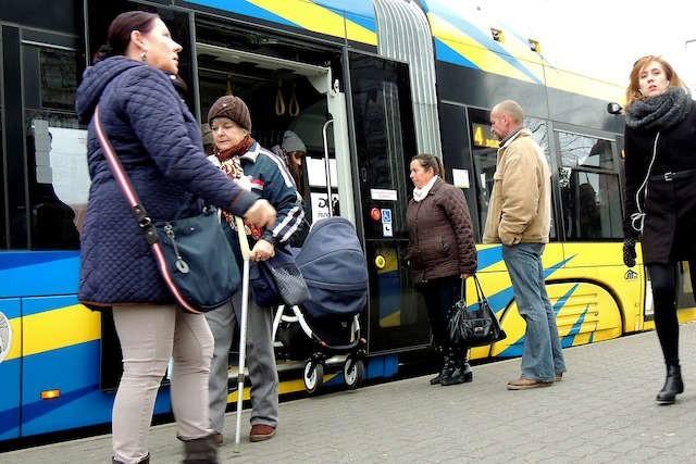 Tramwaje niskopodłogowe są wygodne nie tylko dla osób niepełnosprawnych, także dla matek z wózkami