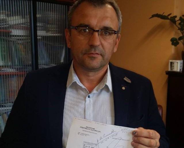 Piotr Żołądek, członek Zarządu Województwa, pokazuje pismo Ministerstwa z odpowiedzą na petycję samorządowców i parlamentarzystów opozycji.