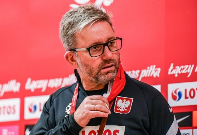 Miało być efektowniej, nowocześniej, skuteczniej - takimi przesłankami kierował się prezes PZPN Zbigniew Boniek zwalniając Jerzego Brzęczka i zatrudniając w jego miejsce Paulo Sousę. Być może jeszcze będzie, niemniej po pierwszych dwóch meczach w eliminacjach mistrzostw świata 2022 (3:3 z Węgrami w Budapeszcie i 3:0 z Andorą w Warszawie) trzeba szczerze przyznać, że pod kierunkiem nowego selekcjonera reprezentacja Polski nie gra ani trochę lepiej, a chwilami nawet gorzej. Co skłania do wniosku, że problemem tek kadry nie był bynajmniej jej były szef. Na co jeszcze można było zwrócić uwagę...Zobacz kolejne zdjęcia. Przesuwaj zdjęcia w prawo - naciśnij strzałkę lub przycisk NASTĘPNE