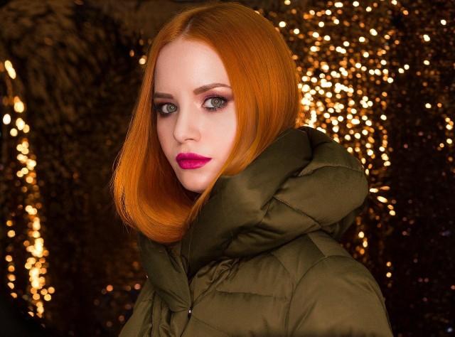 Jesień daje nam więcej pola do popisu. Między innymi to idealna pora roku na mocniejszy makijaż. Złote powieki, konturowana na mokro twarz, przyciągające wzrok usta - dzięki tym trikom możesz szybko zrobić modny jesienny makijaż. Zobacz najlepsze inspiracje.