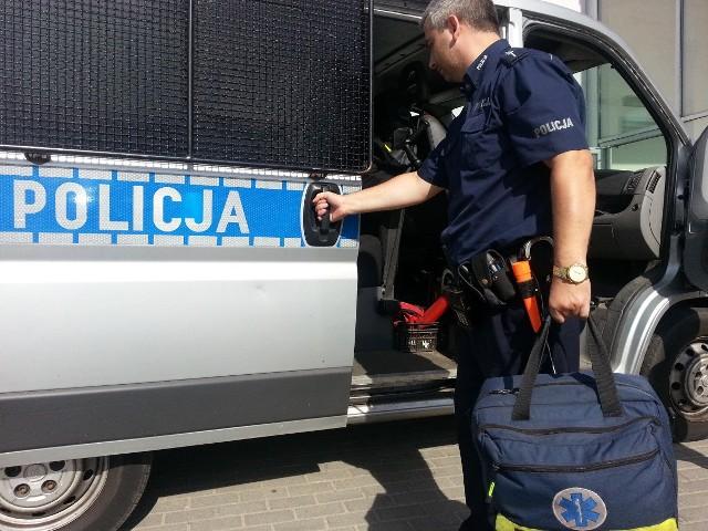Policjanci wyciągnęli z wody wyczerpanego i wychłodzonego mężczyznę.