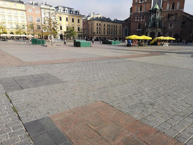 Centrum Krakowa w czasie, gdy wprowadzane są nowe ograniczenia i jesteśmy zachęcani do pozostania w domach, wygląda znów niemal jak wymarłe miasto
