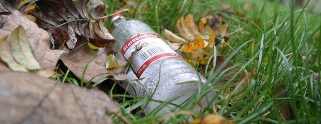 Puste butelki po wódce znaleźliśmy 20 metrów od przedszkola, tuż przed jego wejściem. Dyrektorka twierdzi, że pijaczki są prawdziwym utrapieniem.