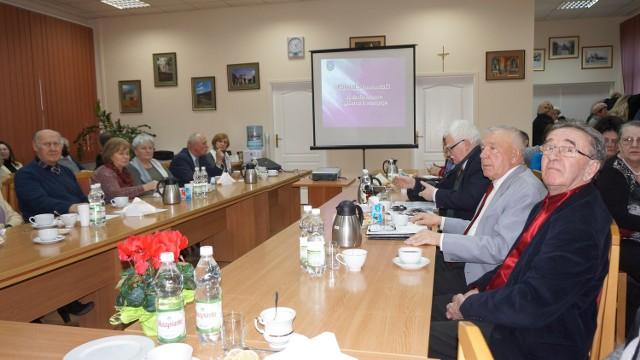 Spotkanie słuchaczy Uniwersytetu Trzeciego Wieku w sali posiedzeń staszowskiego Starostwa.