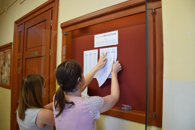 W tarnowskich szkołach wywieszono na razie listy przyjętych po I naborze. Kto dostał się do nich po rekrutacji uzupełniającej będzie wiadomo 16 sierpnia