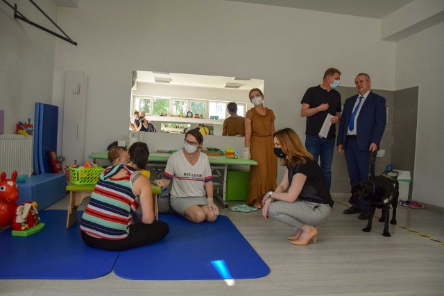 Wiceministrowie rodziny i polityki społecznej Anna Schmidt i Paweł Wdówik odwiedzili placówki prowadzone przez jarosławskie koło Polskiego Stowarzyszenia na rzecz Osób z Niepełnosprawnością Intelektualną.