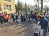 """Do zwierzaków z """"Kudłatego Szczęścia"""" w Potoku Wielkim trafiły kilogramy karmy. Pomogła szkoła numer 5 w Jędrzejowie"""