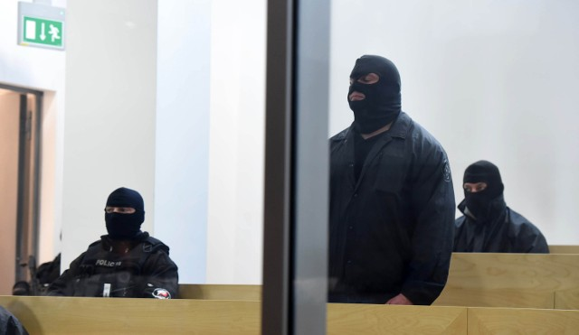 W Sądzie Okręgowym w Łodzi odbył się proces 62 pseudokibiców Widzewa, oskarżonych o działanie w zorganizowanej grupie przestępczej oraz udział w bójkach ze skutkiem śmiertelnym.Najwięcej emocji wzbudziła sprawa jednego z oskarżonych, słynnego Rafała J. - pseudonim Jędras, który podczas śledztwa uderzył się w piersi, przyznał się do winy, poszedł na współpracę z prokuraturą i zaczął sypać kompanów, dzięki czemu śledczy poznali kulisy działań oskarżonych. Nic więc dziwnego, że gdy Jędras został wprowadzony przez policjantów na salę sądową, z ław zajmowanych przez oskarżonych przywitał go pomruk dezaprobaty. Czytaj na kolejnych slajdach, zobacz też sylwetki krakowskich kiboli od maczet, ustawek i narkotyków