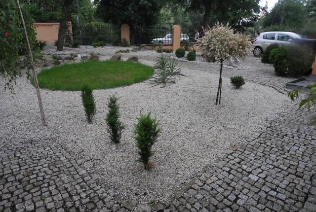 Alternatywą dla trawników są klomby wysypane kamieniami i obsypane żwirkiem.