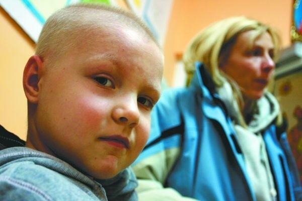 Jolanta Jasieńczuk zdejmuje kurtkę swojej córeczce Małgosi. Dziewczynka jest chora na białaczkę. Właśnie wróciła z radioterapii przy Ogrodowej. Jej leczenie może potrwać nawet ponad rok. 17 stycznia skończy 7 lat.
