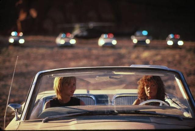 """""""Thelma i Louise"""" opowiada historię przyjaciółek, które pewnego dnia postanawiają oderwać się od codzienności i wybrać na weekend do domku w górach. Za sprawą jednego wydarzenia ich wyprawa nabiera całkowicie nowego wymiaru."""