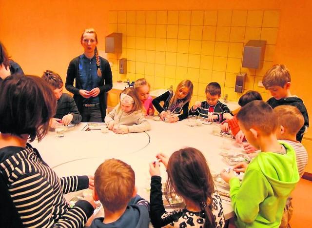 """Uczestnicy akcji """"Tęczowa zima"""" eksperymentowali podczas wizyty w Centrum Nauki Leonarda DaVinci w Chęcinach."""