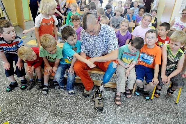 """Janek Mela w otoczeniu dzieci z """"Salomona"""". Chłopak opowiadał, jak walczył z uświadomieniem sobie swej niepełnosprawności. Wczoraj po prostu ściągnął protezę nogi i pokazał ją uczniom."""