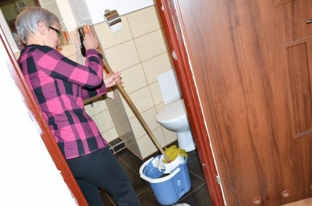 Szambo się wylewa- Od tygodnia sprzątam odchody swoich sąsiadów - załamuje ręce jedna z lokatorek