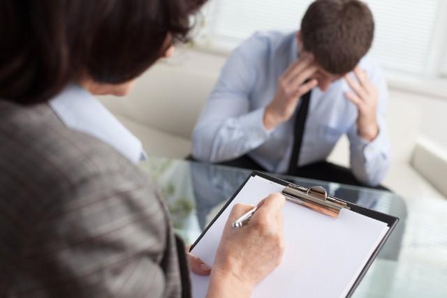 Tylko w 2020 r. liczba konsultacji w zakresie zdrowia psychicznego wzrosła o ok. 50% w porównaniu z rokiem poprzedzającym. Skok ten był wyraźniej dostrzegalny w przypadku kobiet (60%) niż mężczyzn (47%).