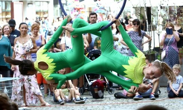 Artyści z różnych krajów zachwycają widzów w centrum Wrocławia umiejętnościami cyrkowymi, tanecznymi muzycznymi, iluzjonistycznymi, czy aktorskimi