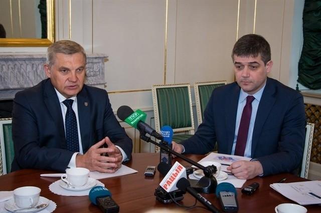"""Słowo """"wreszcie"""" jest w tym przypadku faktycznie uzasadnione - przyznaje Tadeusz Truskolaski, prezydent Białegostoku.Udręka kierowców parkujących w śródmieściu skończy się za kilka miesięcy. Nie będą już musieli szukać punktu sprzedającego karty parkingowe. Magistrat planuje bowiem  ustawienie parkomatów.  Będzie ich 185. Najpierw jednak musi być podjęta uchwała rady miasta, ogłoszony przetarg itd. Urządzenia więc pojawią się do września."""