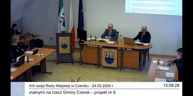 W Czersku, jak informował burmistrz Przemysław Biesek-Talewski (z prawej), ma być wprowadzone telefoniczne wsparcie psychologiczne dla osób odczuwających lęk związany z koronawirusem