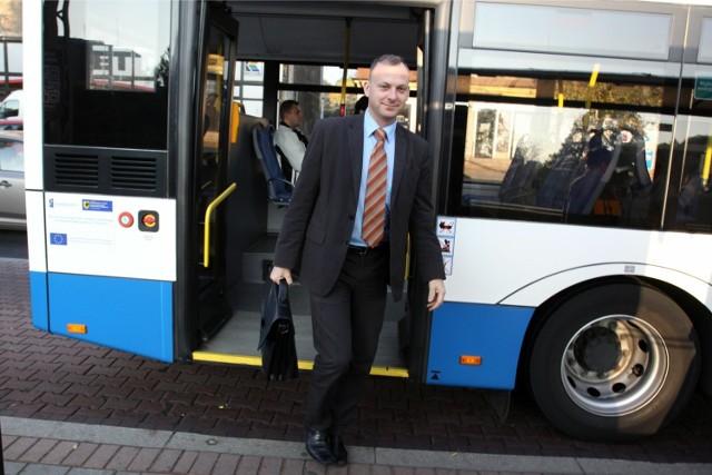 """Wiceprezydenta Gdyni nietrudno spotkać w trolejbusach czy autobusach, bo korzysta z nich na co dzień. W takiej scenerii Michała Gucia spotkał również fotoreporter """"Dziennika Bałtyckiego"""""""