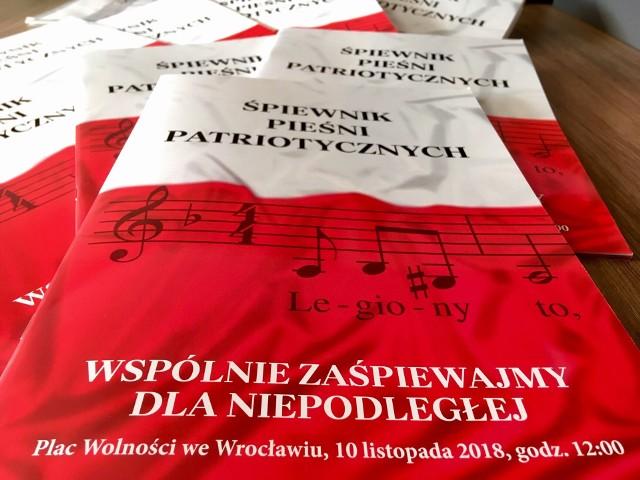 Nie trzeba się martwić o to, że zapomnimy tekstu. Organizatorzy przygotowali śpiewniki, które będą rozdawane przy wejściu na pl. Wolności