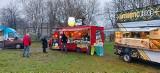 Dąbrowa Górnicza. Food Trucki stanęły na parkingu przy targowisku. Mimo niepogody nie wiało pustkami