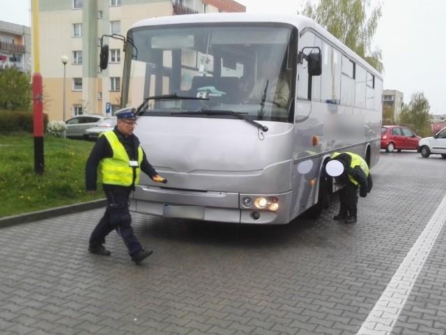 Policjanci kontrolowali szkolne autobusy pod szkołą podstawową nr 6
