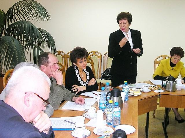 Radna Aleksandra Zielińska ( na zdjęciu stoi) zaproponowała, by zamiast Orlika zrobić tańsze boisko, a resztę pieniędzy przeznaczyć na inne inwestycje