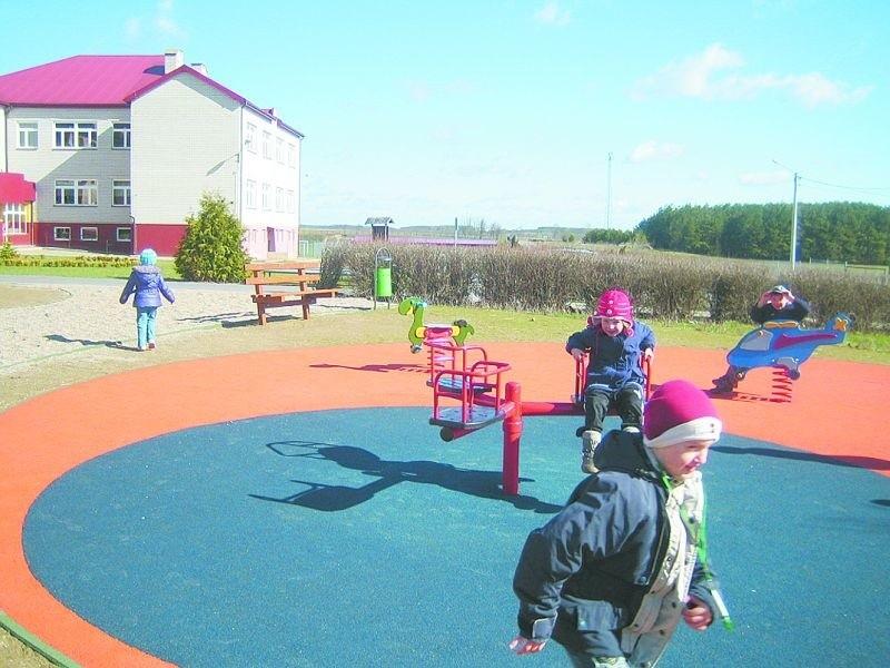 Na placu zabaw przed szkołą będzie też miasteczko rowerowe