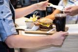 W McDonald's w zestawach teraz woda mineralna zamiast coca coli, sprite i fanty. Czy w tej sytuacji sieć obiżyła ceny? Sprawdziliśmy