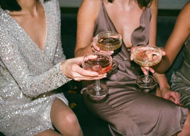 Sukienka sylwestrowa nie może być zwyczajna! Warto wybrać odpowiednią kreację sylwestrową, która podkreśli atuty i zatuszuje niedoskonałości, a przy okazji będzie jedyna w swoim rodzaju.