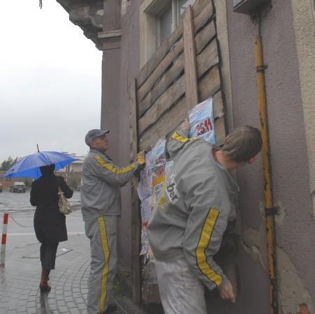 Pracownicy z firmy Weber ostro wzięli się do zimowego zabezpieczenia gmachu