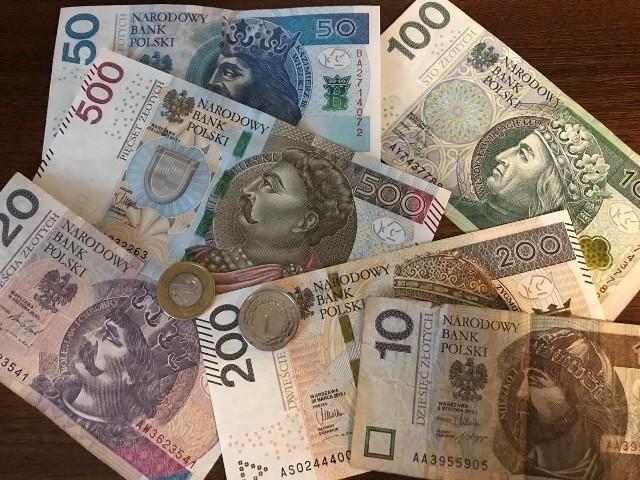 Niemal codziennie każdy z nas ma w rękach banknoty i monety. Nie każdy wie jednak, że niektóre nominały mogą być warte więcej  niż nominalnie. Warto sprawdzić banknoty i monety, które mamy w portfelu lub domowej skrytce. Po dokładnym przyjrzeniu się seriom i numerom może się okazać, że nasze pieniądze mają wartość kolekcjonerską. Kiedy podczas zakupów bierzemy do ręki resztę, przyjrzyjmy się monetom, bo być może mamy dwuzłotówkę, która warta jest ponad 50 zł. Zobaczcie, co decyduje, że współczesne banknoty i monety mogą być cenniejsze niż ich wartość nominalna. Czytaj dalej. Przesuwaj zdjęcia w prawo - naciśnij strzałkę lub przycisk NASTĘPNE