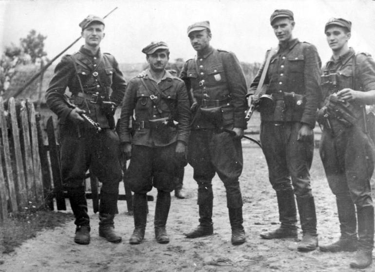 Żołnierze 5 Wileńskiej Brygady AK. Stoją od lewej: ppor....