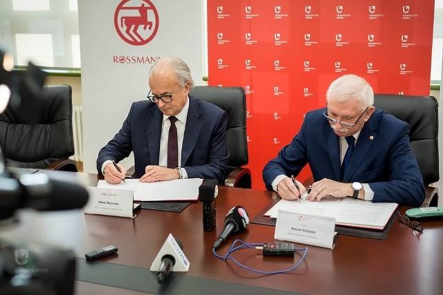 Marek Maruszak, prezes firmy Rossmann, oraz prof. Antoni Różalski, rektor Uniwersytetu Łódzkiego