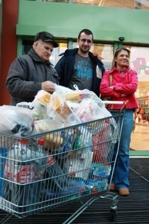 Zakupy w ostatniej chwili. Nawet tak duże, jakie robili klienci Auchan przy ul. Produkcyjnej. - Kupiliśmy pampersy, bo mamy trójkę dzieci - śmieją się rodzice. Ale przyznają, że w ich koszu znalazły się też smakołyki na świąteczny stół.