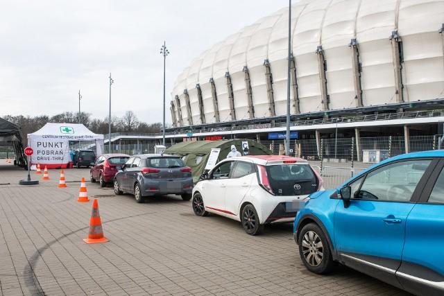 W punkcie pobrań pod stadionem przy ulicy Bułgarskiej w Poznaniu ruszyły testy nauczycieli i pracowników oświaty na obecność koronawirusa.