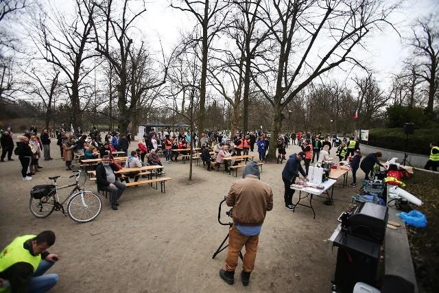 Piknik wiosenny w Parku Południowym we Wrocławiu. Mimo obowiązujących obostrzeń policja nie interweniowała.