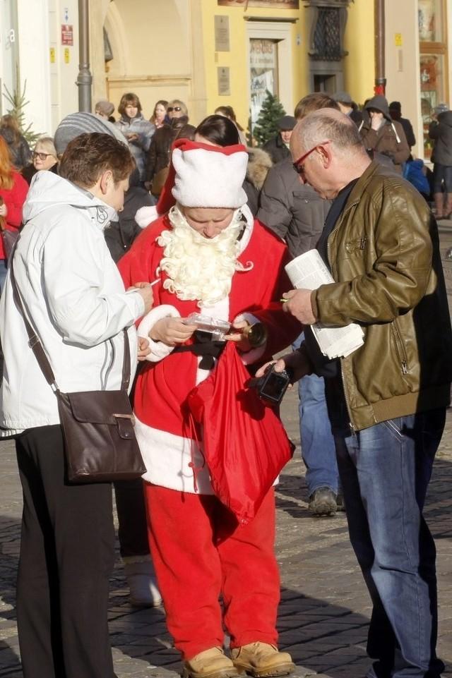 Święty Mikołaj na wrocławskim rynku sprzedaje obrazki