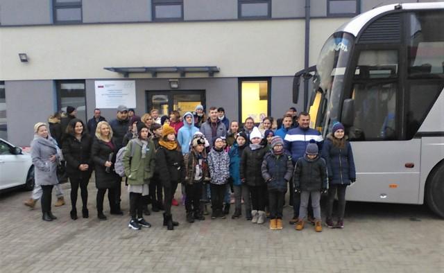 W sobotę (18.01) z rana dzieci, podopieczni Fundacji Pomóż im pojechały na ferie do Poręby Wielkiej. W górach będą wypoczywały przez tydzień
