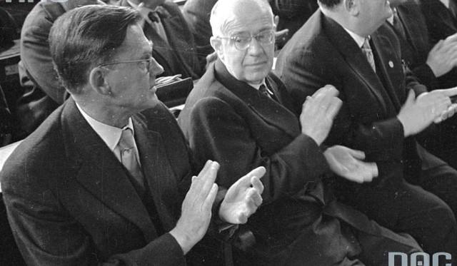 Profesor Oskar Lange (drugi od prawej) obok przewodniczącego Rady Państwa Aleksandra Zawadzkiego