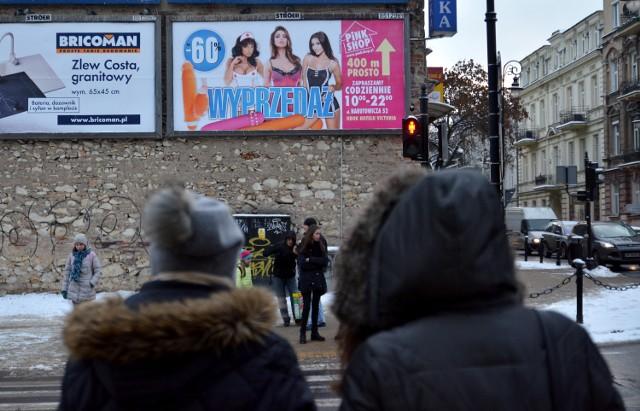 Reklamy sklepu z gadżetami erotycznymi zawisły w ośmiu miastach w Polsce.