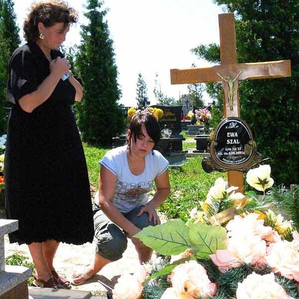 Zofia Lois codziennie przychodzi z wnukami na grób córki. Wczoraj była tam z Beatą. Wierzą, że sąd nie rozdzieli ich rodziny.